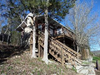 Railroad Depot Cabin, Large Stone Fire Place, Hot Tub, Spacious Deck, Eureka Springs