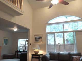VAULTED CEILING HOME w/ VIEW monthly option, Bend