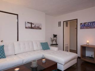#14 Sunny 2BR Hollywood w/Parking, West Hollywood