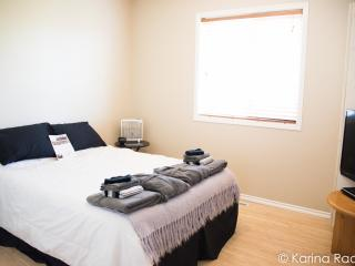 Private Double Room - 5 Minutes from YYC - RM2, Calgary