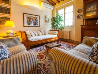 Delightful Florentine apartment with courtyard located just steps from the Duomo, sleeps 2