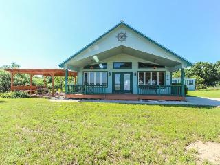Charming lakefront house with room for 8!, Bluffton