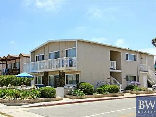 Spacious 4 Bedroom Beach House! 1 House From Sand, easy walk to Pier! (68251), Newport Beach