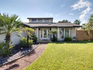 Exquisite home w/private dock & boat lift on the canal!, Gulf Breeze