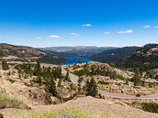 Comfortable getaway, dog-friendly, close to Donner Lake!, Truckee