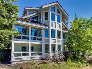 Deluxe dog-friendly home in central location, sleeps 12!, Carnelian Bay