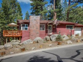 Cozy cabin close to Heavenly w/ hot tub and furnished deck, South Lake Tahoe