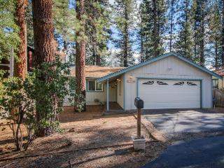 Hot tub, game room, deck with grill, and centrally located!, South Lake Tahoe