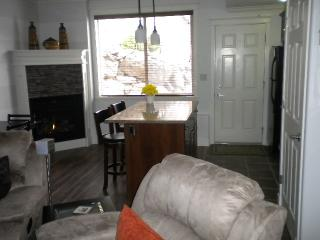 W Kelowna 2 Bedroom G/F suite w pool & hot-tub, West Kelowna