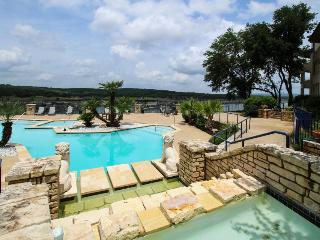 Ground-floor condo with lake views, shared pools & hot tubs, Lago Vista