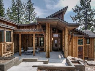 Tree Tops 4BR Mountain Home in Gray's Crossing – Hot tub, Views, Sleeps 8, Truckee