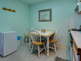 Gas fireplace, walking distance to town & beach!, Seaside