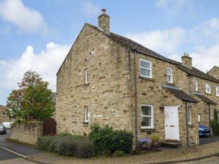 CLEAVE COTTAGE, multi-fuel stove, WiFi, flexible sleeping, parking, enclosed garden, Middleham, Ref. 916071