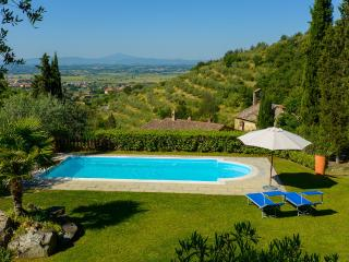 Villa le Celle del Farinaio: Tuscan home with stunning valley views, swimming pool and trampoline, sleeps fourteen, Cortona