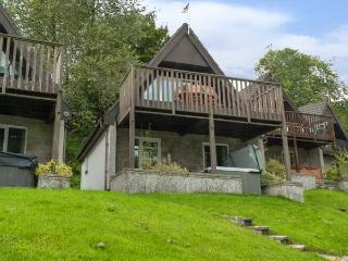 VALLEY 47 LODGE, hot tub, shared heated swimming pools, balcony with views, Gunnislake, Ref 4545