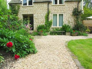 MILL COTTAGE, ground floor studio accommodation, pet-friendly, lawned garden, in Wotton-under-Edge, Ref 919133