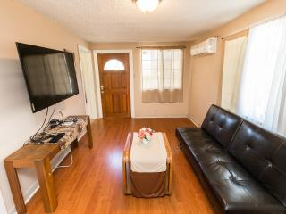 Lovely 3 BD House in N. Hollywood (COLFAX2), Los Angeles