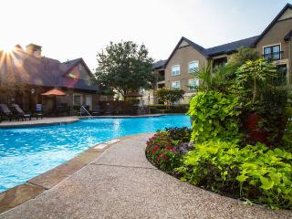 Deluxe 2beds/2 bath pool-view with garage, Grapevine