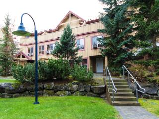 Pet Friendly - 2 Bdrm, Private Hot Tub Steps from Whistler Village!