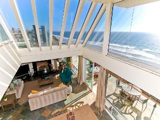 Premier Oceanfront rental, 5br, 3ba, rooftop deck, spa, fireplace, remodels, Encinitas