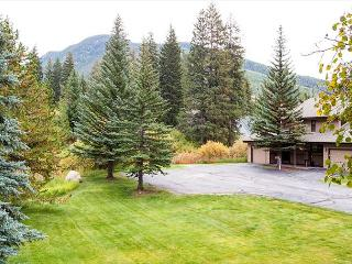 3BR Gorgeous Vail Condo, Wood Fireplace, Pool & Hot Tub On-Site, Sleeps 8