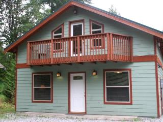 59MBR Pet Friendly Cabin with a Private Hot Tub, Glacier