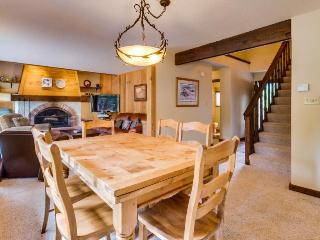 Fireplace, furnished deck, & NPOA amenity access, Truckee