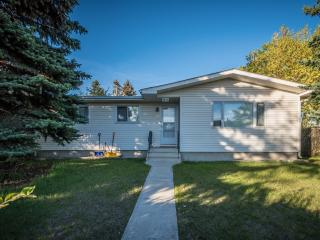 Great 5 bedrooms Vacation Home at NW nearby U of C, Calgary