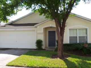 4-BR villa located near community amenities & lake, Davenport