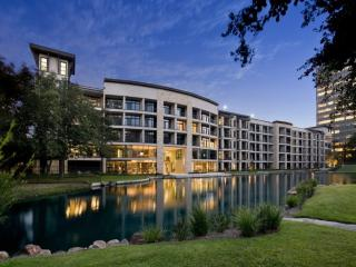 Lakefront Apartment Walking Distance from Galleria, Houston