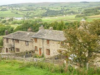 KESTREL COTTAGE, mid-terrace, two bedrooms, woodburner, enclosed garden, WiFi, in Silsden, Ref 915700