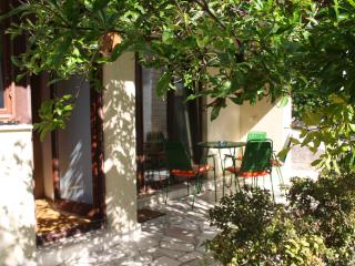 Beach apartment with garden and BBQ, Split