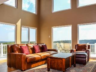 Spacious home w/valley views & lots of natural light!, New Braunfels