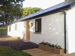 VINE COTTAGE, ground floor cottage, pet-friendly, WiFi, flexible sleeping, near Sticker, Ref. 926079
