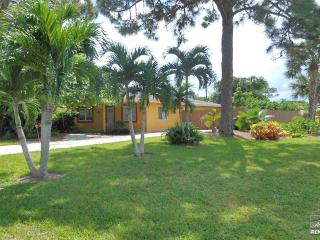 Comfy single family pool home with fenced yard close to the beach, Napels