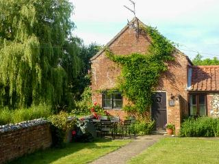 SWEET BRIAR BARN barn conversion, country location in Coltishall Ref 24423