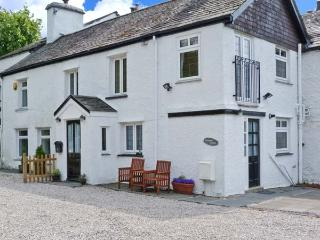 HIGH MOOR COTTAGE, cosy cottage close to Windermere, woodburner, Juliet balcony, in Bowness, Ref 929973, Bowness-on-Windermere