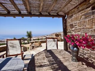 Tinos Habitart - The Cell house