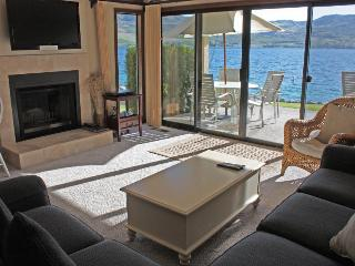 Lakefront condo with mountain views and resort amenities, Chelan