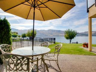 Lakefront condo - pools, hot tubs, dock, and more!, Chelan