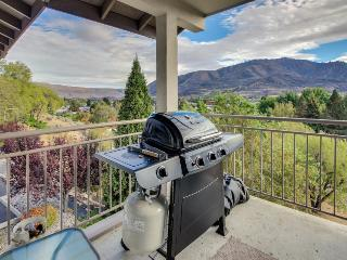 3rd floor condo w/ amazing views, room for 6, & shared pool, Chelan