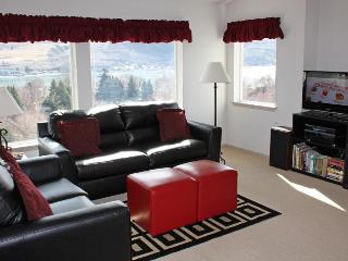 Cozy and modern two-bedroom with shared hot tub, Chelan
