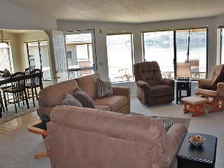 Lovely lakefront home w/ room for up to 10!, Chelan