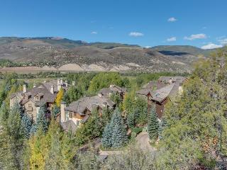 Family ski home w/shared pool & hot tub, steps from slopes!, Edwards