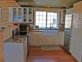 Water & mountain views, private hot tub, shared pool & more!, Orondo