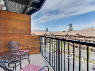 Walk to the beach or park from this modern 2-bedroom suite!, Chelan