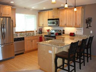 Deluxe townhome w/ WiFi, fireplace, and shared pool!, Manson