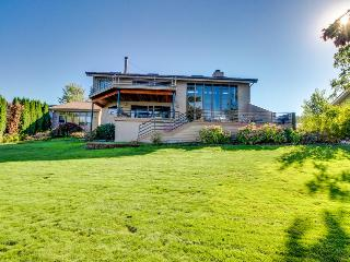Stunning lakefront home w/guest house, dock, room for 14, Chelan