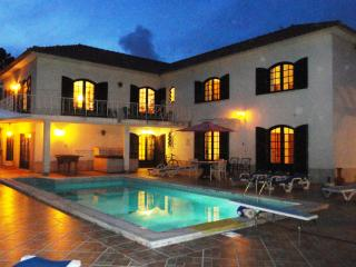 Holiday Villa with heated pool near beach, Lisbon, Colares