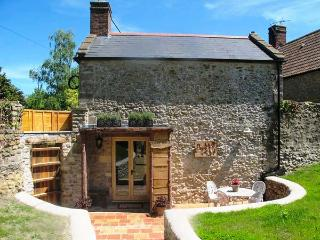 CIDER HOUSE WEST, quirky cottage, king-size bed, freestanding bath, woodburner, pet-friendly, in Bruton, Ref 926938